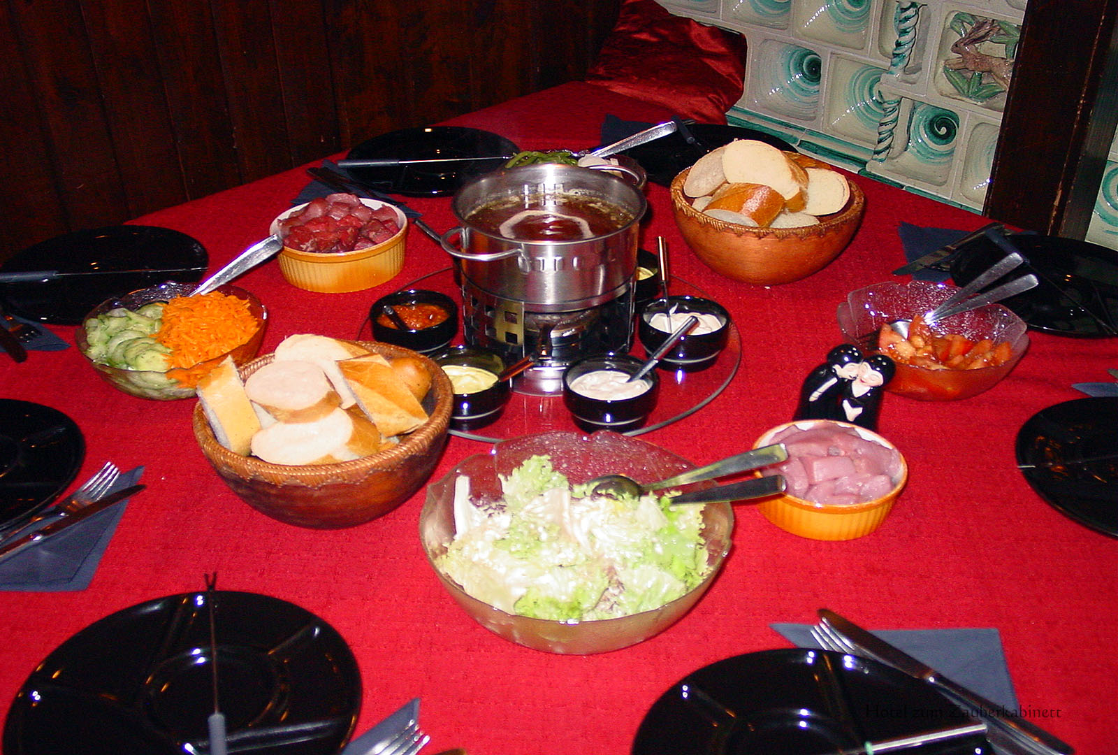 Zauber-Fondue gedeckter Tisch im Hotel zum Zauberkabinett